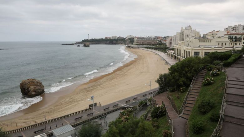 Fini les pauses méditatives à scruter l'horizon... A Biarritz, on ne s'attarde plus sur les bancs publics ! / © Ludovic MARIN / AFP