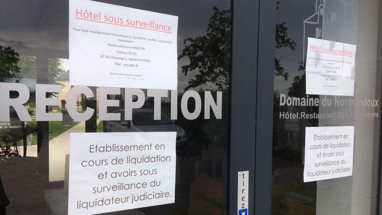 A la réception du Domaine du Normandoux, l'affichage confirme la procédure de liquidation de la structure. / © Clément Massé / France Télévisions