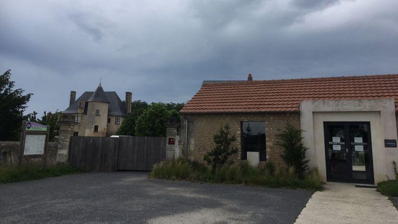 Le Domaine du Normandoux, vendredi 8 mai 2020, garde portes closes. / © Clément Massé / France Télévisions