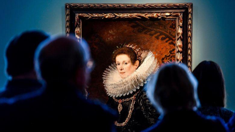 """Musée de Flandre à Cassel, lors d'une exposition exceptionnelle en 2018 consacrée aux peintres flamands. Ici, """"Portrait of a Young Lady"""" par Gaspar de Crayer (1584-1669). / © AFP"""