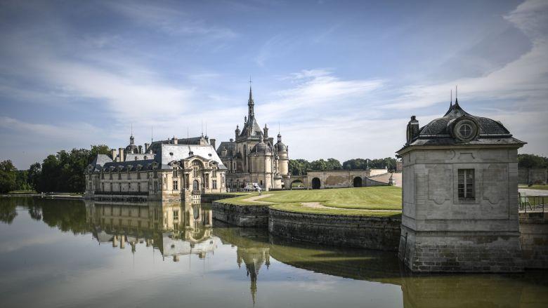 Le château de Chantilly construit entre 1875 à 1885, afin d'y exposer les précieuses collections du Duc d'Aumale, Henri d'Orléans. Il se trouve sur le domaine de Chantilly qui comporte également l'hippodrome où se déroule chaque année le prix de Diane. / © AFP
