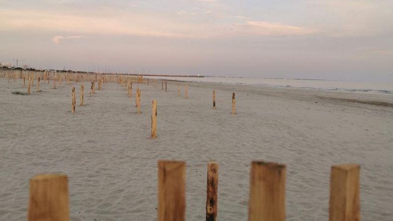 La plage du Couchant, à la grande-Motte, dont une partie a été découpée en emplacements à réserver pour poser sa serviette. / © Office de tourisme La Grande-Motte