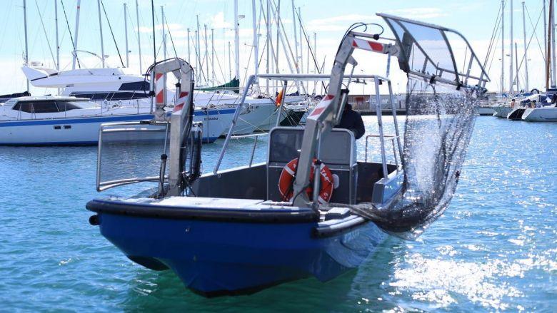 Barge de nettoyage des ports, autre invention de la société catalane Beach Trotters. / © Beach Trotters