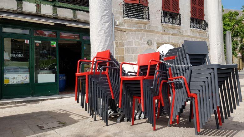Au Guernika, les chaises attendent leur libération pour accueillir les clients ! / © Emmanuel Clerc - France 3 Euskal Herri