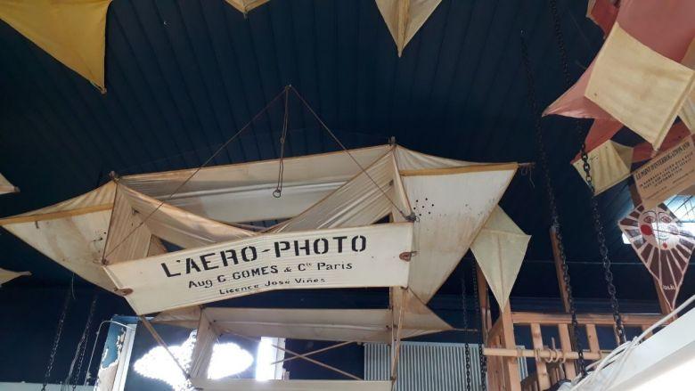 L'un des plus anciens cerf-volants exposés dans le magasin. / © France Télévisions Olivier Quentin