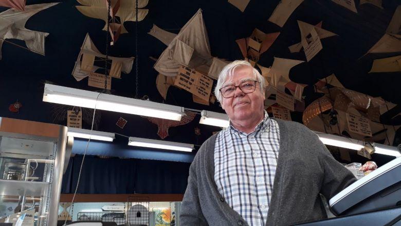 C'est Georges Deffain qui en 1990 a retrouvé la collection de cerfs-volants anciens de son grand-père. / © France Télévisions Olivier Quentin