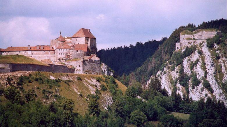 Le château de Joux.