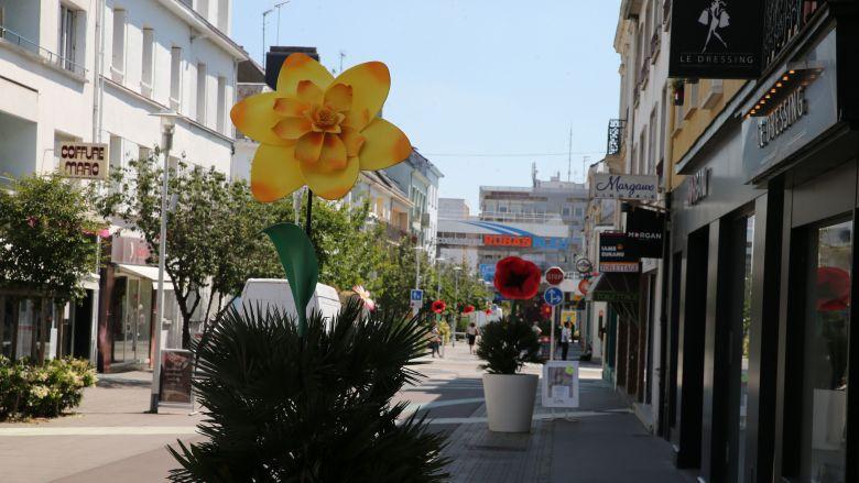 Des dizaines de fleurs géantes et de mobiles fleuris ont envahi le centre ville et bientôt les quartiers de Saint-Nazaire / © France Televisions C.François