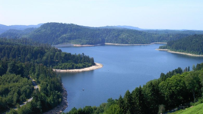 Le lac de Pierre-Percée et sa forme si particulière. / © Maison du tourisme du pays lunévillois.