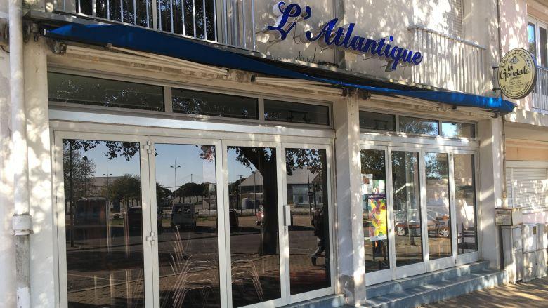Le bar de l'Atlantique, dans le quartier du Petit Maroc à Saint-Nazaire, est fermé depuis le samedi 14 mars au soir. Sur demande, sa terrasse pourra être agrandie, quitte à supprimer une place ou deux de stationnement. / © France Televisions C.François