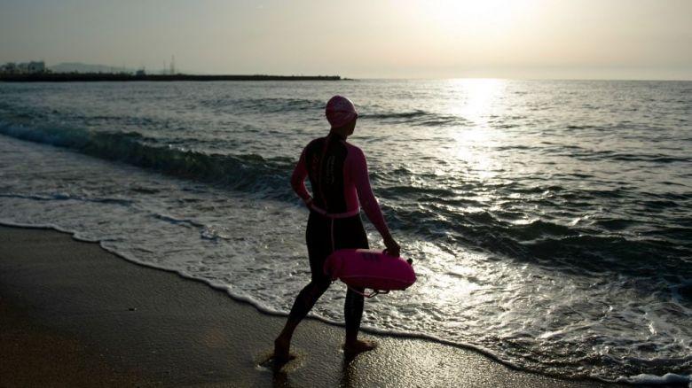 Sur la plage de Barcelone, certains nageurs étaient présent dès 6h - 8/05/2020 / © Josep LAGO / AFP