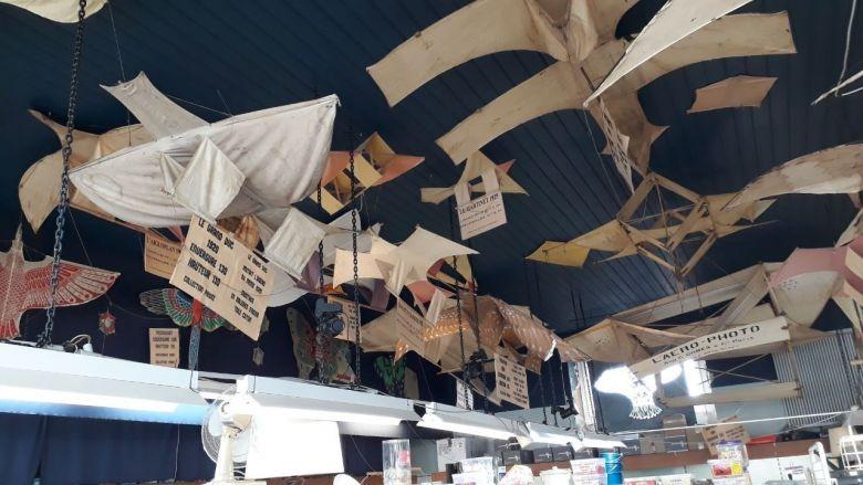 Une centaine de cerfs-volants anciens orne le plafond du Grand Bazar. / © France Télévisions Olivier Quentin