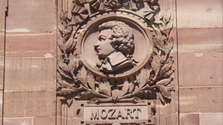 Le médaillon de Mozart, sur la façade de l'Aubette, place Kléber. / © Office de tourisme de Strasbourg.