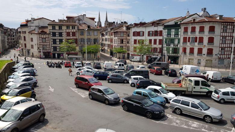 La place St André de Bayonne est bien calme sans ses bars animés / © Emmanuel Clerc - France 3 Euskal Herri