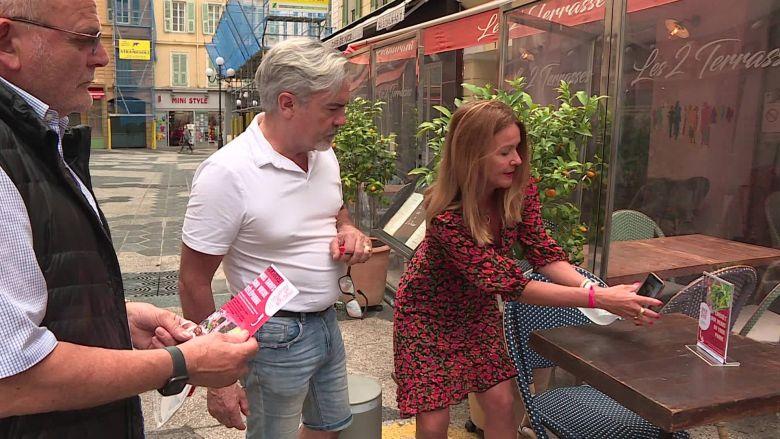 """Isabelle Drezen, créatrice du site """"safe menus"""", en démonstration devant deux restaurateurs niçois. / © R. De Silvestro / FTV"""