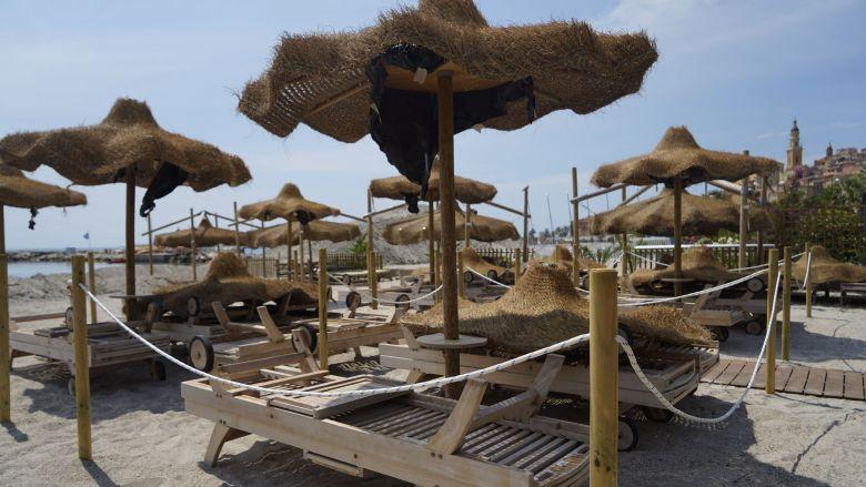 """Sur la plage privée """"La cabane"""" à Menton (Alpes-Maritimes), chaque groupe de transats sera désormais délimité : """"Chaque client aura ainsi son entrée"""", explique le co-gérant. / © Loïc BLACHE/FTV"""