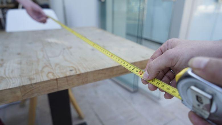 Pour rouvrir, les restaurateurs doivent respecter une distance d'un mètre entre chaque table. / © Loïc BLACHE/FTV