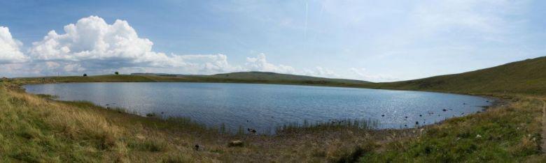 Le lac d'en haut à la Godivelle est parfaitement circulaire. / © OT Sancy