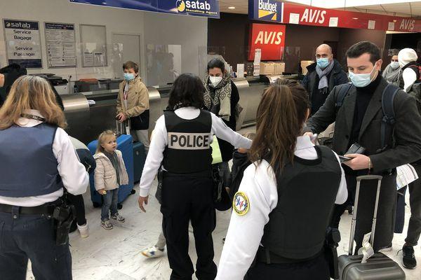 Des contrôles sont fréquemment effectués à la descente des avions et des bateaux, pour s'assurer que les voyageurs qui arrivent en Corse sont en possession d'un test négatif (Aéroport de Poretta, Bastia)