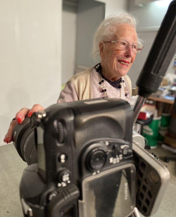 Dans son studio photo aujourd'hui inutilisé, Henriette trie ses clichés et prodigue quelques conseils photo précieux.