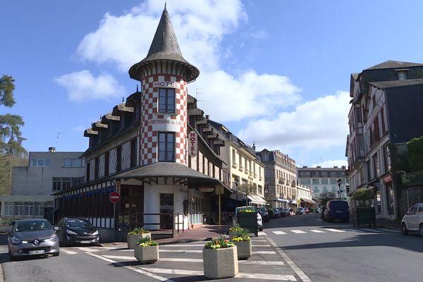 Les rues de Bagnoles de l'Orne sont anormalement calmes. Les stations thermales souffrent des conséquences de la pandémie.