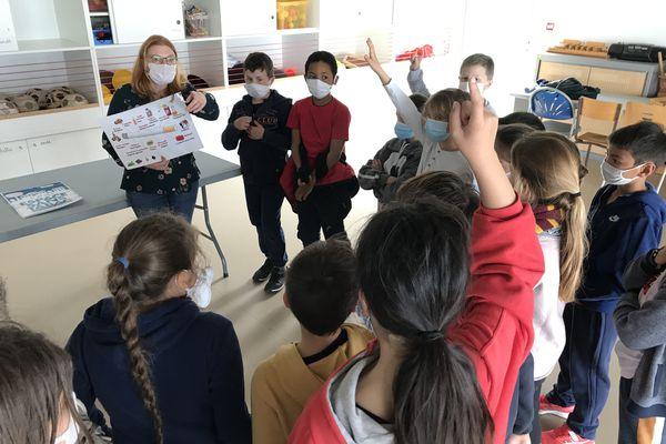 L'animatrice du service prévention et le groupe d'enfants décortiquent une cigarette et découvrent ses ingrédients