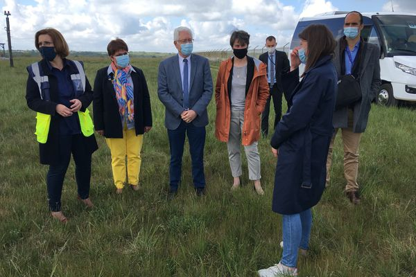 La signature de la convention s'est poursuivie par une visite de la prairie de l'aéroport Poitiers-Biard.