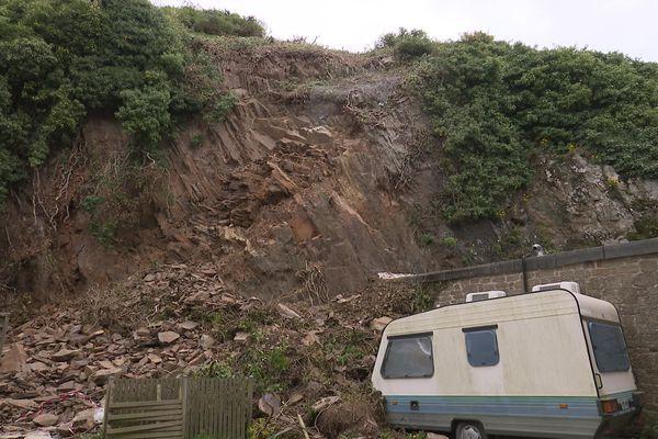 Dans le centre-ville de Cancale, l'éboulement de cette falaise a modifié le parcours du sentier des douaniers.