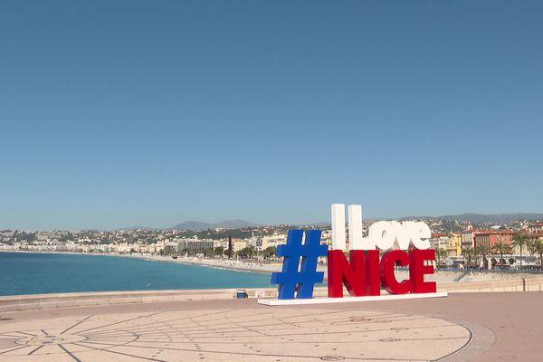 Nice, la baie des Anges, et un hashtag, comme une déclaration d'amour.