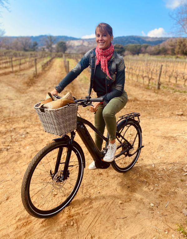Nathalie Simon et son vélo dans les vignes de Ramatuelle.