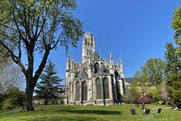 L'église St Ouen de Rouen vue de l'arrière des jardins de l'hôtel de ville de Rouen