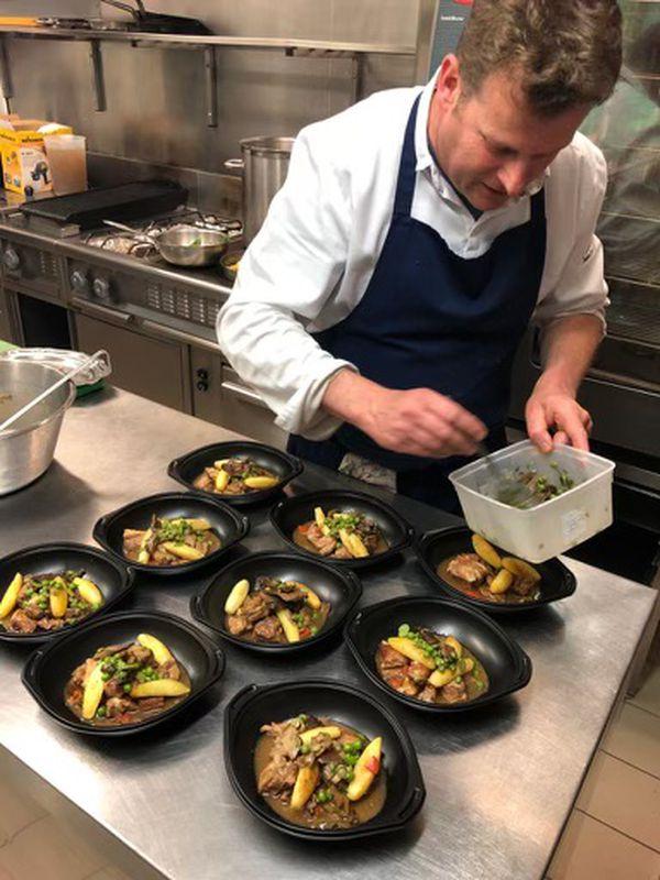 Bruno Marien s'affaire en cuisine. La reprise est attendue chez les restaurateurs, mais dans quelles conditions ?