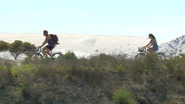 En vélo, à pied et bientôt à petit train, 3 façons d'explorer le salin d'Aigues-Mortes.