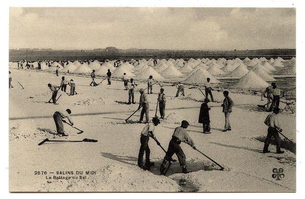 Battage du sel à la main, au siècle dernier. Musée du Sel d'Aigues-Mortes