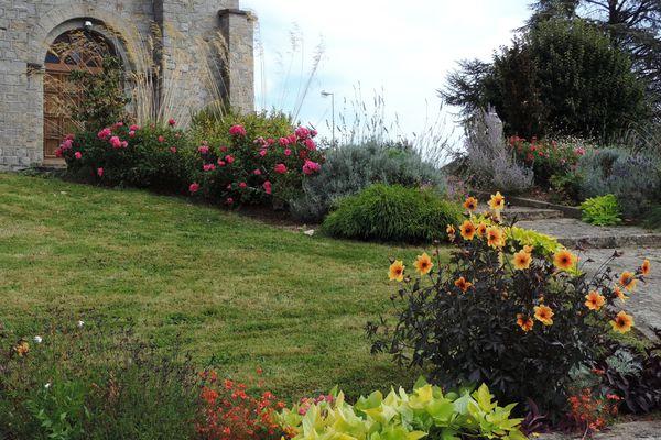 Saint Hilaire les Places village fleuri depuis de nombreuses années.