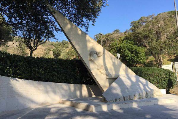 La sculpture rend hommage aux femmes et hommes des services spéciaux de la défense Nationale morts pour la France.