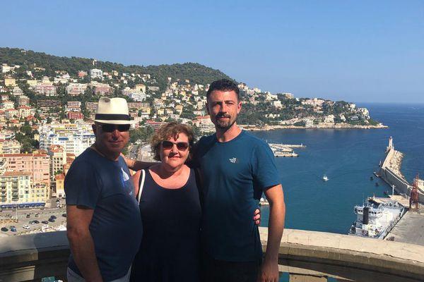 Mary Lee, son mari et son fils à la colline du château à Nice, l'été dernier.