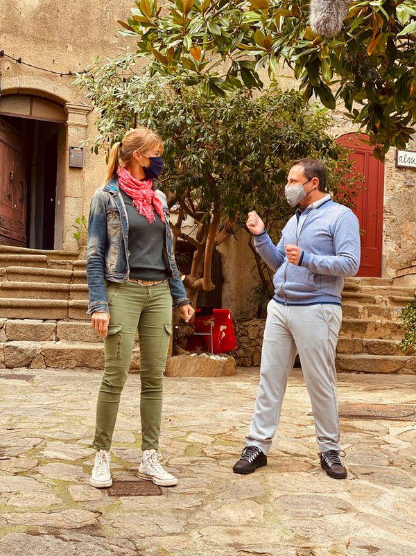 Nathalie et Bruno, spécialiste de l'histoire de Ramatuelle, dans le cœur de la ville.