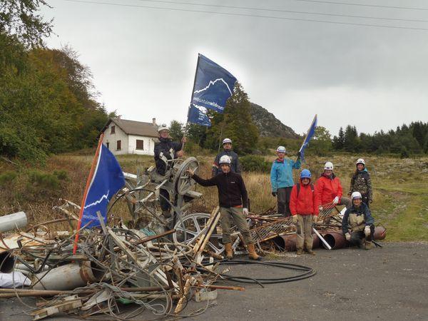 """L'ONG Mountain Wilderness compte 400 bénévoles tous projets confondus. L'an dernier ce sont 150 bénévoles qui sont intervenus pour aider spécifiquement sur la campagne """"Installations Obsolètes"""". Photo prise lors d'une opération réalisée à Ste Eulalie (Monts d'Ardèche) en 2020"""