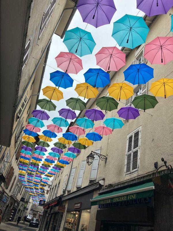 Cette année encore, deux rues d'Aurillac se parent de jolis parapluies colorés.