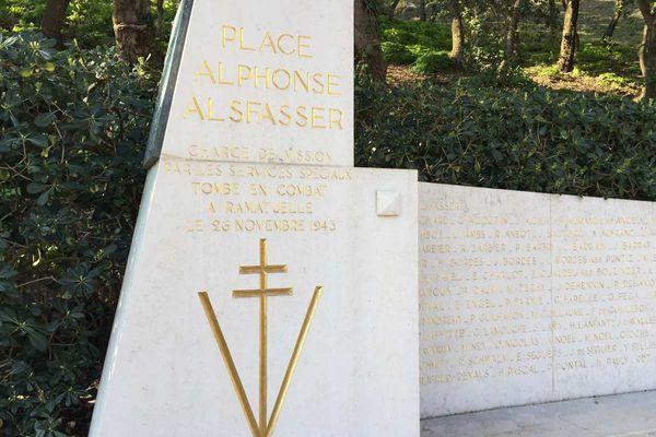 C'est un monument unique en France, inauguré en 1959, il est au centre du village varois.