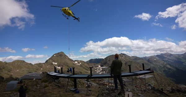 Les éléments qui ont permis la construction du mirador ont été amenés par hélicoptère.