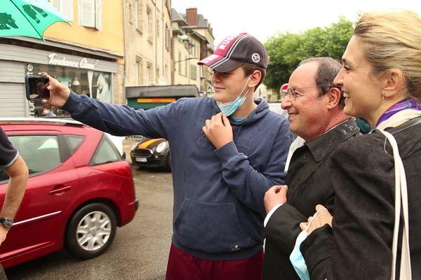 François Hollande et Julie Gayet se prêtent au jeu des selfies sur le marché de Tulle