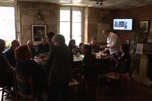 Les habitants du village d'Exmes (Orne) se succèdent chaque dimanche matin autour de la table du bistrot pour partager une brioche.