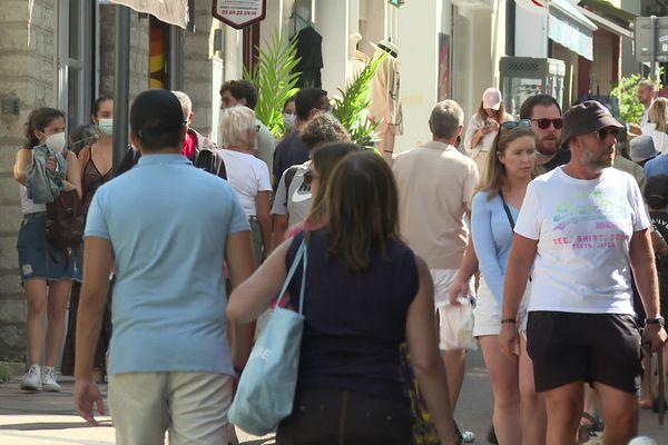 La foule dans une rue commerçante de Biarritz ce dimanche 29 août 2021