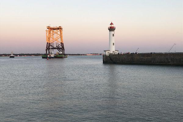 Présente plusieurs semaines dans le port, cette structure géante partant vers le champ éolien intéresse et interroge.