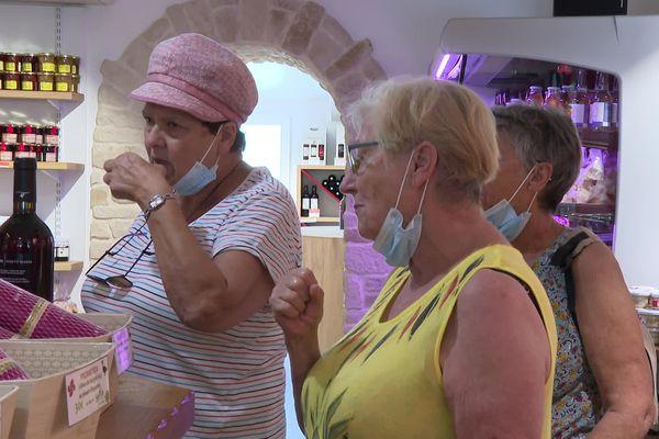 """Dégustation de gelée de piment dans une boutique d'Espelette, """"c'est un exhausteur de goût vous allez voir sur le foie gras c'est excellent !"""" explique une vendeuse"""