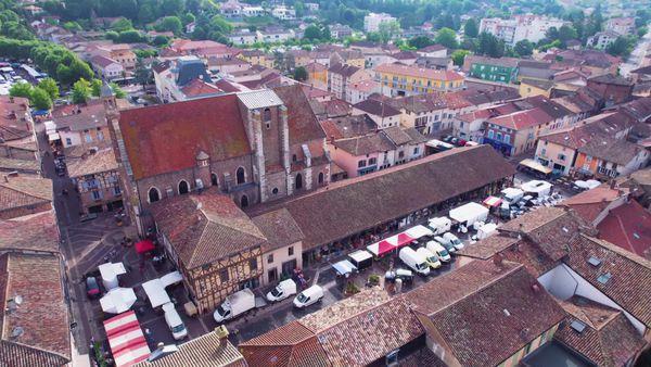 Vues du ciel, les Halles du XVe siècle de Châtillon-sur-Chalaronne (Ain) un jour de marché
