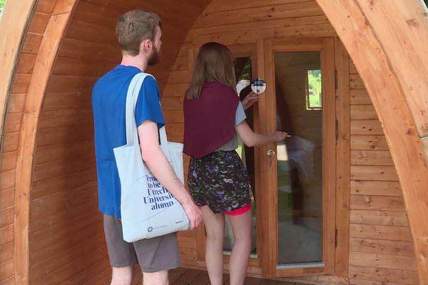 Sam et Lauriane ont réservé une petite cabane pour la nuit