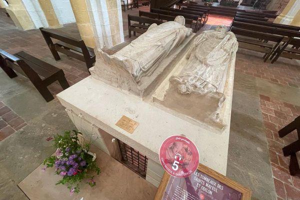 Dans la prieurale, les gisants de saint Mayeul et saint Odilon sont l'un des vingt points d'écoute